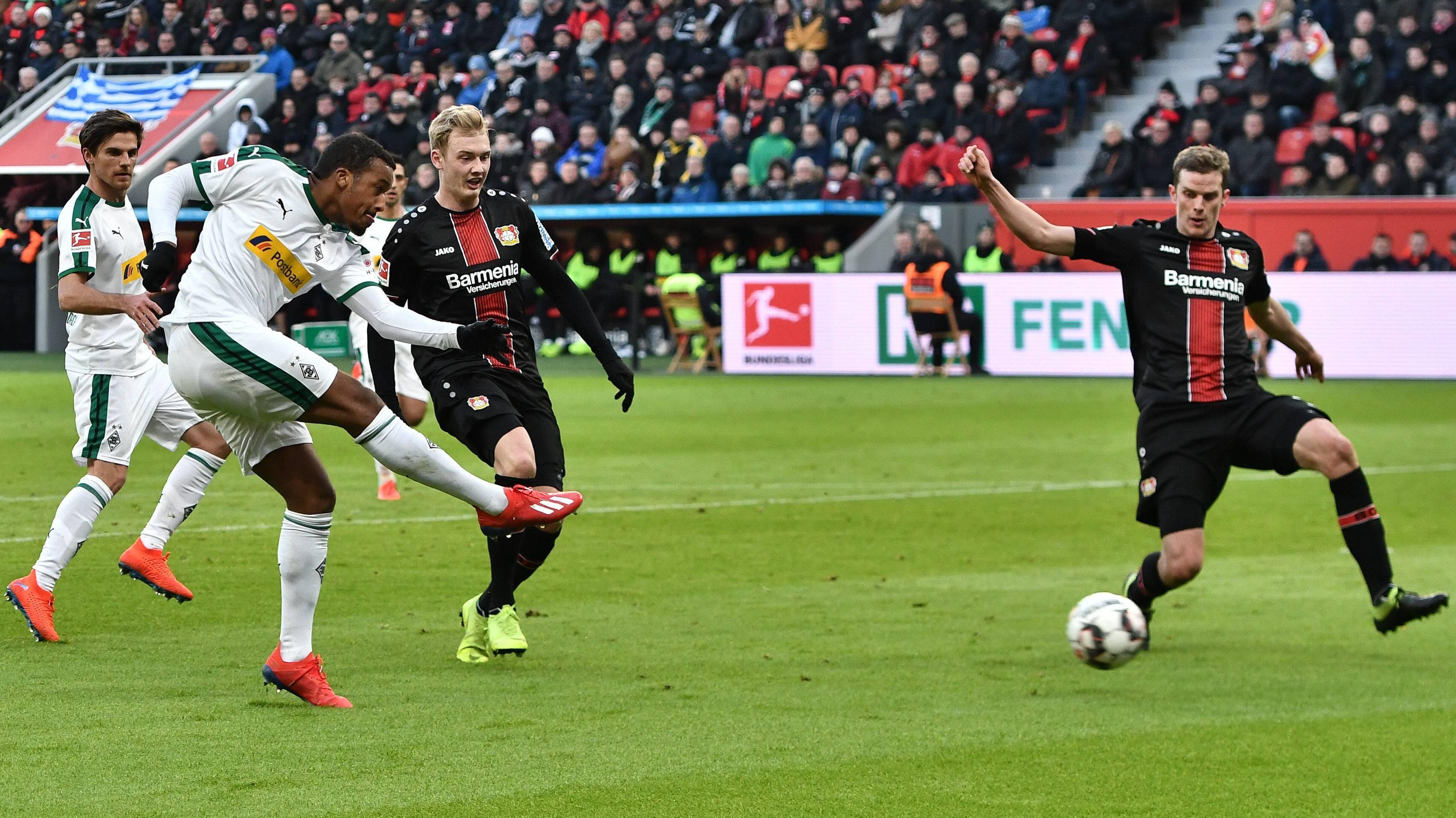 Gladbach siegt dank Plea glücklich in Leverkusen