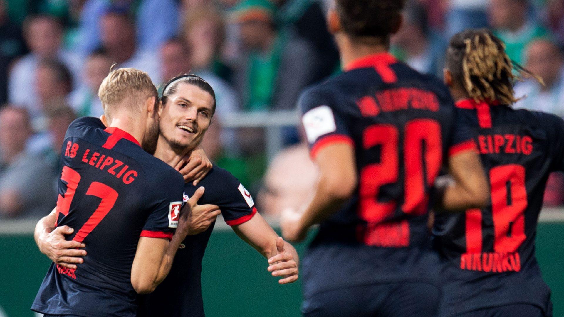 10-man Leipzig beat Bremen to go top
