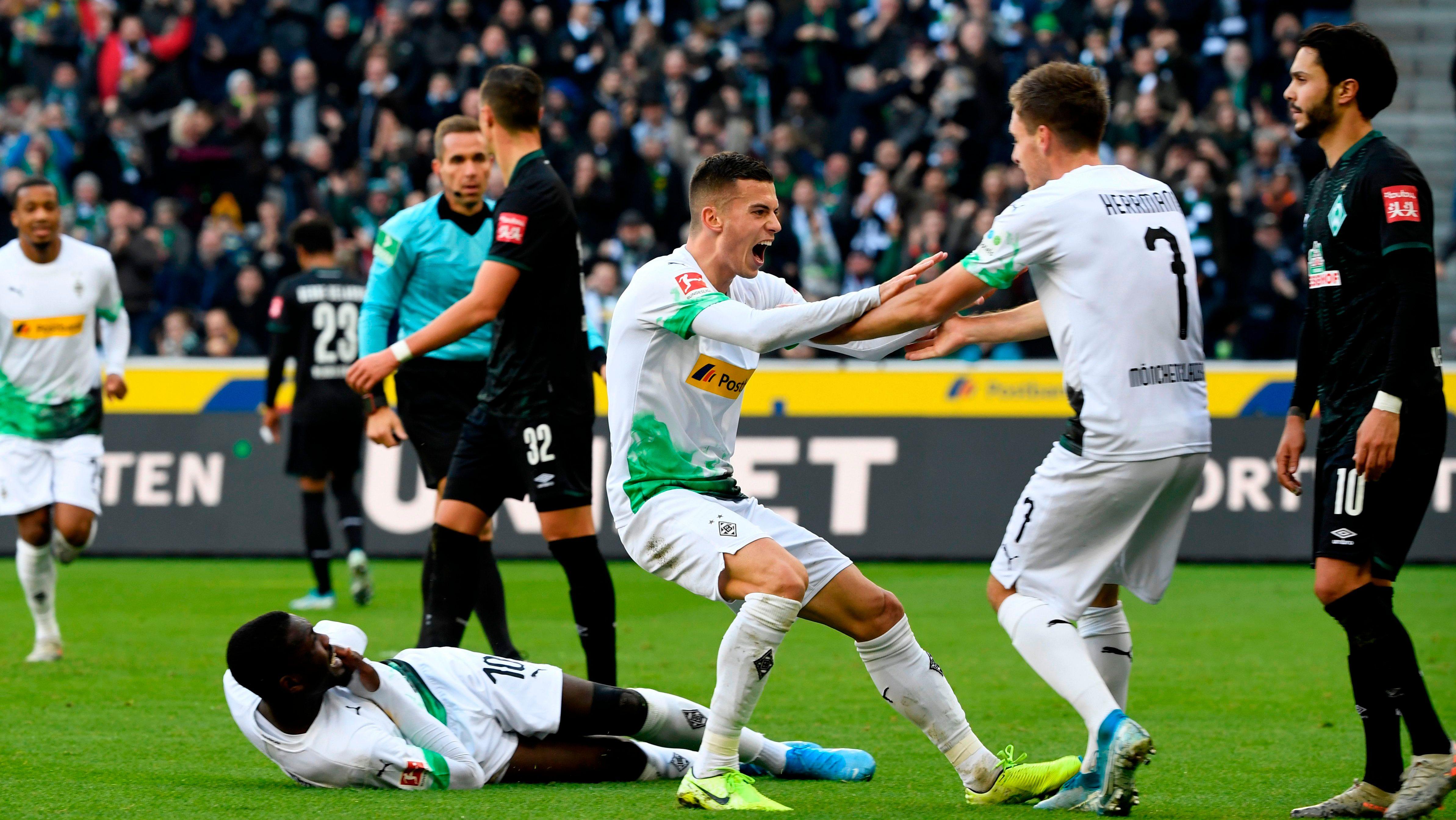 Gladbach stay top after Bremen win